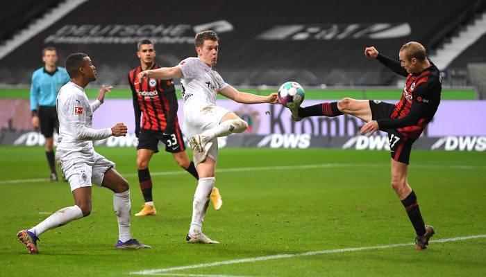 Гладбахцы двумя голами на 90-й минуте спасаются в Франкфурте